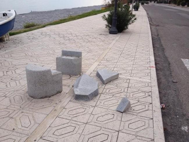 Panchina Lungomare : Trebisacce atti vandalici sul lungomare. asportate anche le