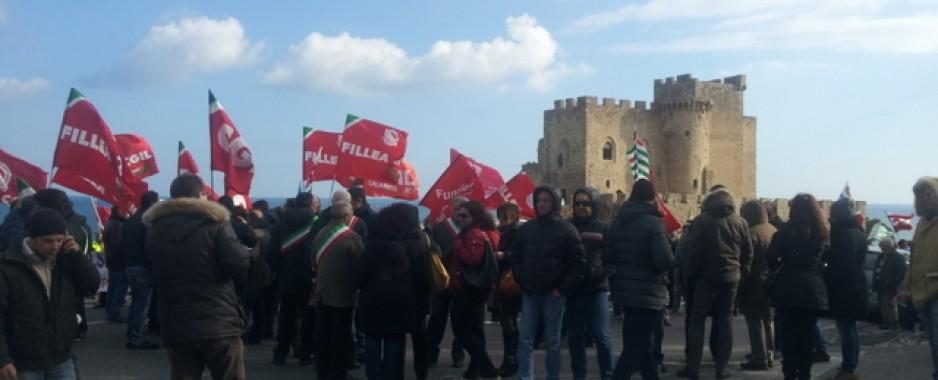 Roseto, Lsu e Lpu fermano la Calabria. Ss 106 bloccata dallo sciopero dei lavoratori