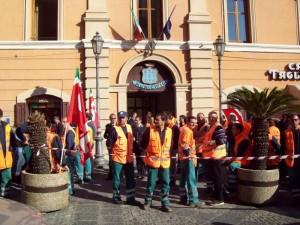 Protesta operai Ecoross dinanzi al comune di Rossano