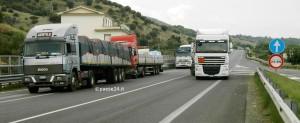 Un tratto di Ss 106 nel comune di Trebisacce. A monte passerà il nuovo tracciato