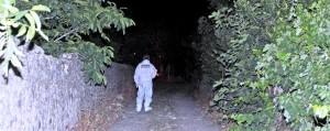 I carabinieri sul luogo dove è stato ritrovato il corpo di una ragazza, un casolare di campagna a Corigliano Calabro, Cosenza, 26 maggio 2013. .ANSAFRANCESCO ARENA