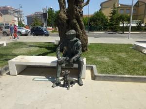La statua di Enrico Franchi, posizionata in piazza Bernardino Le Fosse a Rossano