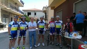 il gruppo ciclistico di Trebisacce raggiunge Cariati. In foto con il sindaco Sero