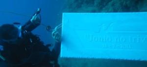 La targa No Triv posizionata sui fondali della Secca di Amendolara
