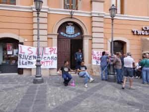 Lavoratori-LSU-LPU-incatenati-dinanzi-al-Comune-di-Rossano-300x225