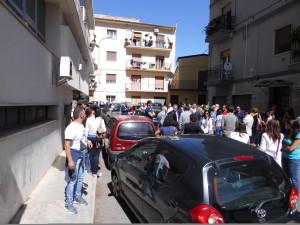 Manifestanti dinazi al garage del Tribunale di Rossano