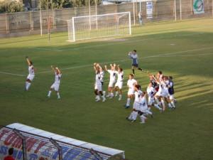 La gioia dei giocatori dell'Audace Rossanese dopo la vittoria in Coppa Italia contro il Castrovillari.
