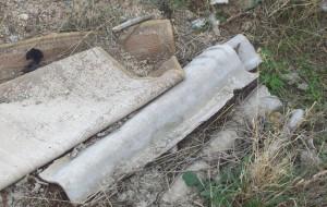 Una foto scattata un anno fa dai Verdi di Rossano  e che denunciava la presenza di amianto abbandonato in città
