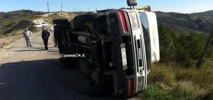 Il camion ribaltato subito dopo l'incidente