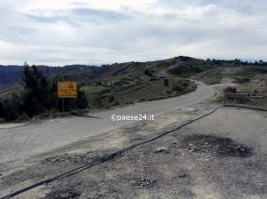 La desolante situazione dopo l'incidente, con i cavi telefonici riversi sull'asfalto. Per quanto tempo adesso resteranno cosi?
