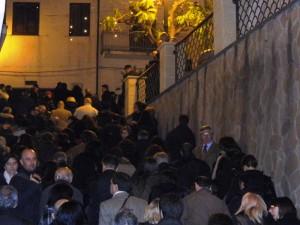 """Edizione 2012. Folla """"in processione"""" durante lo svelamento delle stele nel borgo antico"""