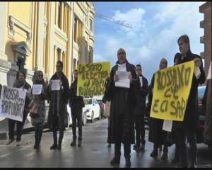 Avvocati del Foro di Rossano con cartelloni e striscioni dinanzi al Palzzo di Giustizia di Catanzaro