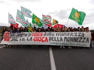 Manifestanti sulla S.S. 106