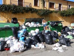 Rifiuti in strada a Rossano