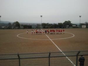 Le squadre al centro del campo prima del fischio d'inizio