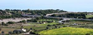 """Un tratto dell'attuale SS 106 tra Amendolara e Trebisacce sotto la """"Torre di Albidona"""""""