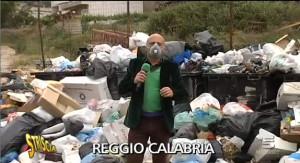 L'inviato di Striscia la Notizia in Calabria per documentare l'emergenza rifiuti