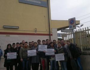 Un momento della protesta di alcuni pendolari della Sibaritide