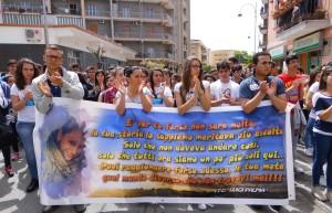 Gli studenti in corteo per ricordare la giovane Fabiana Luzzi, uccisa un anno fa dal suo ragazzo