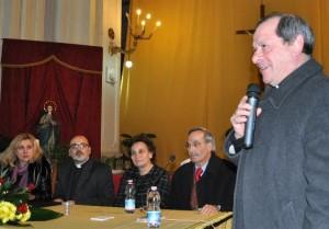 Don Franco Oliva con il microfono