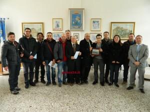 L'Amministrazione uscente di Oriolo consegna la targa a Luigi Adinolfi