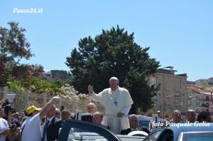 Il Papa attraversa la città di Cassano tra due ali di folla
