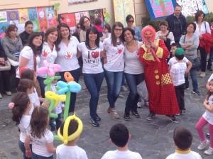 """Le insegnanti  e i piccoli alunni della scuola materna """"I giardini dell'infanzia"""" durante la Giornata dell'Arte"""