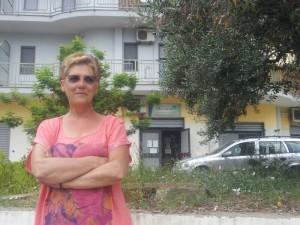 La protesta di Patrizia Molinare di fronte l'Agenzia delle Entrate