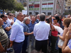 Protesta dinanzi all'INPS di Rossano dei braccianti agricoli della Sibaritide (Foto di Antonio Le Fosse)