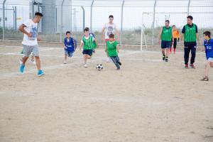 I bambini della scuola calcio Giovani Talenti AJ giocano insieme ai fratelli Gatto