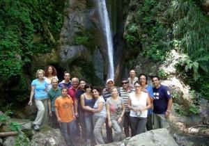 Il gruppo impegnato nella pulizia della Cascata della Licertarara (Foto  Francesco Patrizio)
