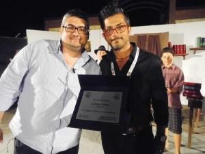 Il Presidente provinciale della FITA Antonio Maria D'Amico premia il regista della Compagnia  Francesco Casella (Foto Antonio Le Fosse)