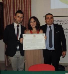 Il patto di gemellaggio tra i presidenti Rotaract, Gerardo Nicoletti (a sinistra), Chiara Spinosa (al centro) e Francesco Scarcella (a destra)