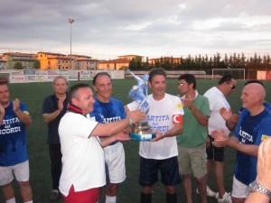 Il trofeo, consegnato dall'attuale presidente del Corigliano, Elia, ai capitani delle due squadre