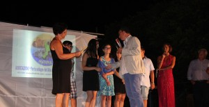 Il momento della premiazione con il presidente Pagano e la scuola di Rocca Imperiale