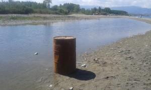Il fusto metallico ritrovato a Rossano, nei pressi della foce del fiume Trionto