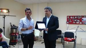 """Il presidente della Fita Antonio Maria D'Amico (a sinistra) premia il presidente dell'associazione """"Quinta Scenica"""" di Castroregio"""
