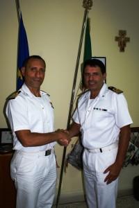 Francesco Perrotti (a sinistra) nuovo comandante della Capitaneria di porto di Corigliano. A destra il comandante uscente, Antonio D'Amore