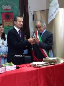 Scambio di doni con ministro albanese