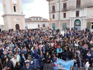 Bagno di fedeli in piazza Steri per dare il benvenuto al nuovo Vescovo (Foto del Reporter Antonio Le Fosse)
