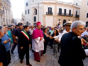 Mons. Satriano con il sindaco di Rossano in Piazza Duono a Brindisi (Foto di Antonio Le Fosse)