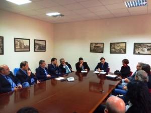 L'incontro tra il sindaco di Rossano Giuseppe Antoniotti e gli assessori e i consiglieri comunali di maggioranza.