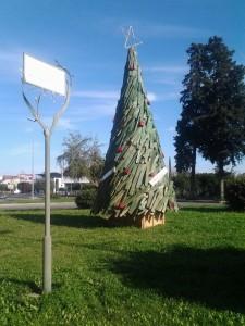 L'albero di Ricicl'Art installato a Corigliano