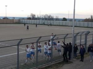 I giocatori della Juvenilia festeggiano sotto la curva dopo del il golo del 2-1 siglato da Marco Russo, all'esordio con la nuova maglia