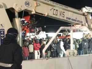 La Nave con i profughi a bordo (Foto del Reporter Antonio Le Fosse)