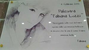La targa presente all'esterno della palestra intitolata a Fabiana Luzzi
