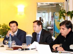 Il sindaco di Rossano Giuseppe Antoniotti (al centro), il vicesindaco con delega ai Lavori pubblici, Guglielmo Caputo (a sinistra), e il progettista capo Edoardo Nicoletti (a destra), durante la presentazione del progetto del nuovo lungomare