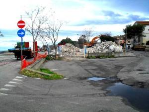 La demolizione dell'edificio Caccuri