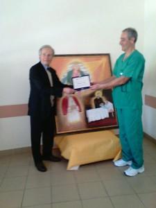 L'artista francesco Diego in compagnia di un medico della struttura ospedaliera di Policoro durante la consegna del dipinto