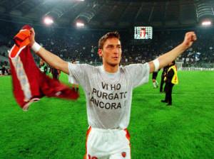 Il capitano della Roma Totti alla fine di un derby con la Lazio